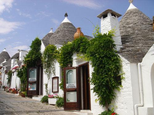 В Альберобелло необычные белые домики теснятся на узких улочках. Здесь есть рестораны и магазины-трулли и даже собор-трулли