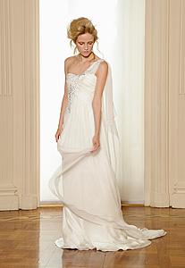 Многие дизайнеры прибегают к неожиданным решениям и находкам при создании свадебных коллекций. В моде свадебные вязаные платья, платья с цветными узорами