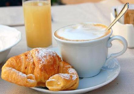 http://www.italynews.ru/files/a-cornetto-and-cappuccino.jpg