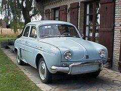 Компактная идоступная машинка Dauphine Alfa Romeo сослабеньким моторчиком разработана совместно сRenault ивыпущена надороги общего пользования в1959году.