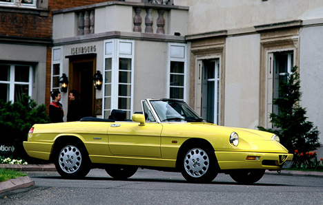 Alfa Romeo Spider— долгожитель модельного ряда итальянской марки. Эта машина выпускалась с1963по1993 год.