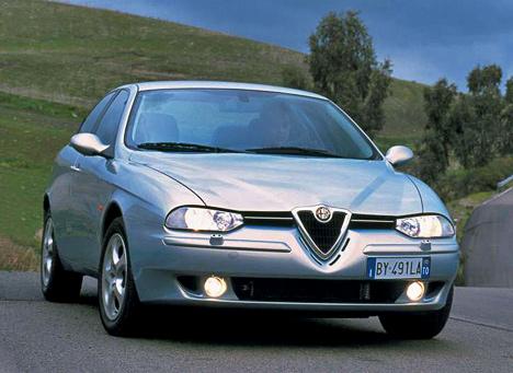 Насмену модели 155пришёл седан нового поколения— Alfa Romeo156. Его быстренько окрестили одним изсамых красивых автомобилей вмире, икофициальным дилерам повалили толпы любителей прекрасного.
