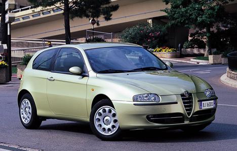 Alfa Romeo147 незря считают самой спортивной моделью гольф-класса. Отличную динамику ивнешний вид портили лишь разговоры окачестве автомобилей марки Alfa Romeo. Ноэто непомешало ейзавоевать титул «Автомобиль года-2001».