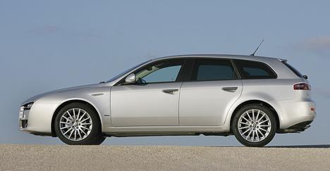 Уавтопроизводителей редко получается сделать внешний облик универсала привлекательным. НоAlfa Romeo159 Sportwagon неточто привлекает— завораживает.